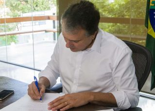 Camilo Santana assina decreto. Foto: Divulgação/Governo do Ceará