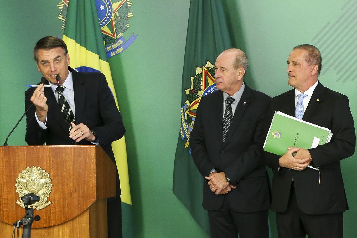 Jair Bolsonaro mostra a caneta que assinou o decreto. Foto: Reprodução/Agência Brasil