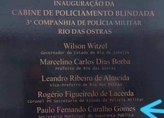 Placa de inauguração de cabine da PM com erro. Foto: Reprodução