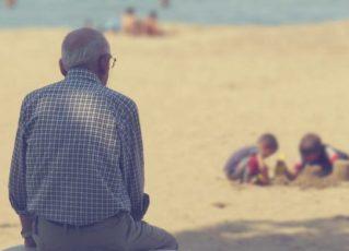 Idoso observa crianças na praia. Foto: Reprodução de Internet