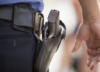 Policial armado. Foto: Reprodução de Internet