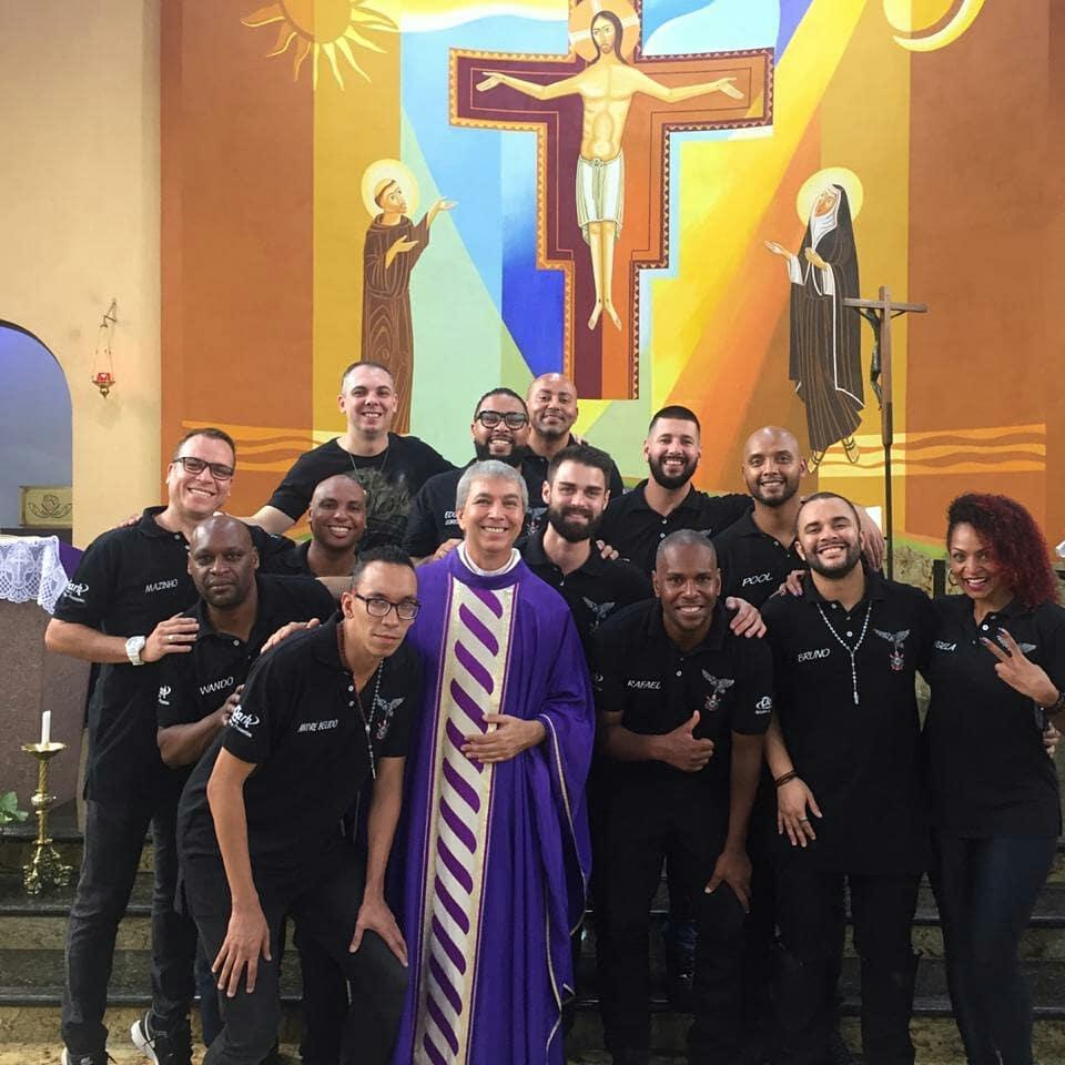 Comissão de frente da Gaviões da Fiel participa de missa em São Paulo. Foto: Edgar Junior