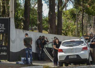 Perícia feita pela Polícia Civil em carro na cidade de Suzano. Foto: Rovena Rosa/Agência Brasil