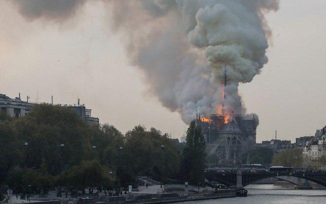 Incêndio atinge a Catedral de Notre Dame. Foto: Reprodução de Internet