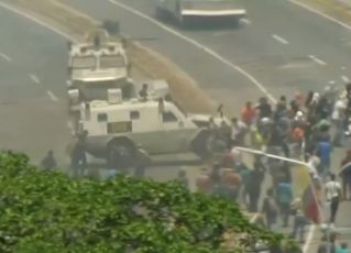 Veículo militar atropela manifestantes em Caracas. Foto: Reprodução de Internet