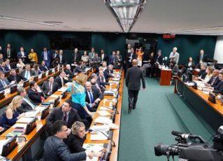 Deputados em discussão na Comissão de Constituição e Justiça (CCJ). Foto: Arquivo/Agência Brasil