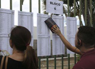 Candidatos aguardam abertura do portões do UniCEUB para o primeiro dia de provas do Enem 2018. Foto: Valter Campanato/Agência Brasil