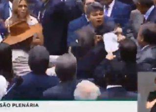 Deputados batem boca após fala sobre liberação de emendas por voto na Previdência. Foto: Reprodução de Internet