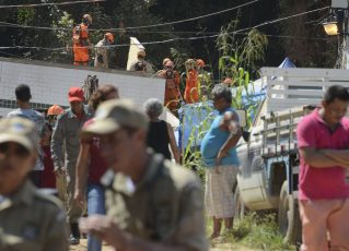 Equipes que atuam na busca e resgate após o desabamento dos dois prédios na comunidade da Muzema. Foto: Tânia Rêgo/Agência Brasil