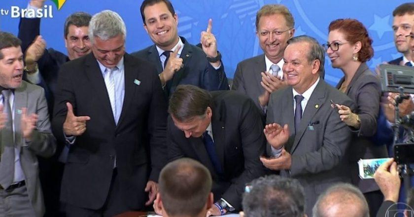 Bolsonaro assina decreto que muda regras sobre uso de armas e de munições. Foto: Reprodução de Internet
