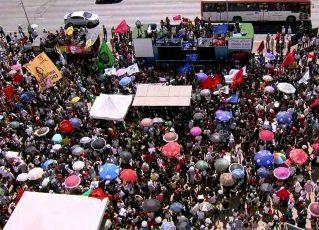 Manifestantes protestam nesta quinta-feira (30) na Esplanada dos Ministérios contra os cortes na educação. Foto: Reprodução/GloboNews