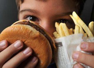Criança se alimentando com lanche. Foto: Marcello Casal Jr./Agência Brasil