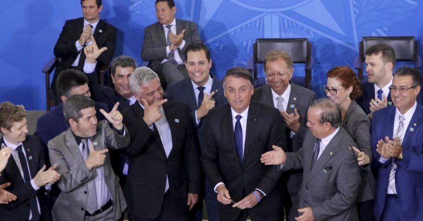 Jair Bolsonaro assina o decreto que dispõe sobre a aquisição, o cadastro, o registro, a posse, o porte e a comercialização de armas. Foto: Wilson Dias/Agência Brasil