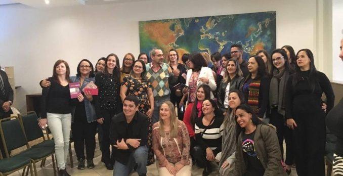 Professores mostraram livro de Paulo Freire ao lado do ministro da Educaçãona hora da foto. Foto: Reprodução
