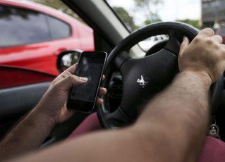 Uso de celular ao volante. Foto: Marcelo Camargo/Agência Brasil