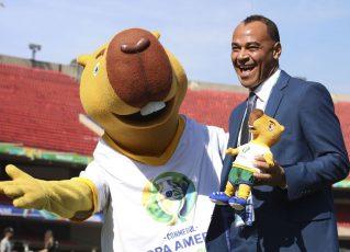 Cafu posa com o mascote da Copa América Brasil 2019. Foto: Rovena Rosa/Agência Brasil