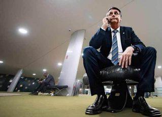 Jair Bolsonaro ao telefone. Foto: Reprodução de Internet
