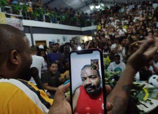 Arlindo Cruz assiste show em sua homenagem pelo celular. Foto: Reprodução/Acervo pessoal