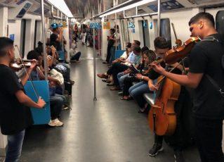 Apresentação artística no transporte público. Foto: Reprodução de Internet