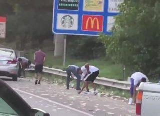Porta de carro-forte se abre e espalha cerca de R$ 650 mil em rodovia. Foto: Reprodução de Internet