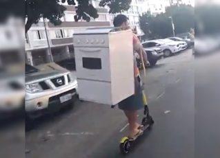 Homem é filmado transportando fogão nas costas em patinete elétrico. Foto: Reprodução de Internet