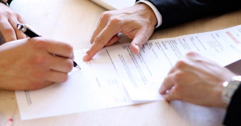 Assinatura de documento. Foto: Reprodução de Internet