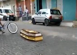 Caixão cai de veículo funerário e motorista volta para buscar. Foto: Reprodução de Internet