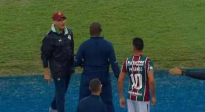 Oswaldo de Oliveira explica 'dedo do meio' a torcedores. Foto: Reprodução de TV