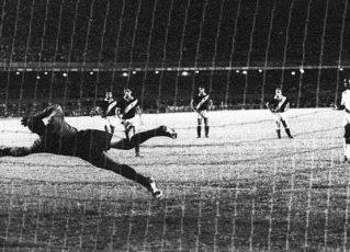 Milésimo gol de Pelé foi marcado em novembro de 1969, quando Andrada defendia o Vasco. Foto: Santos/Divulgação