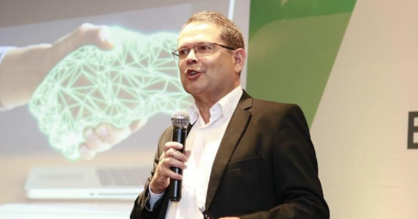 """Sidney Rezende em palestra """"Empreendedorismo e Inovação"""" para a Sindseg MG/GO/MT/DF. Foto: Reprodução/Facebook"""