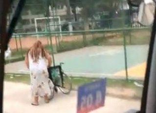 Vídeo mostra 'cadeirante' caminhando na calçada antes de embarcar em ônibus. Foto: Reprodução de Internet