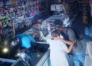 Idosa ganha beijo em assalto. Foto: Câmeras de Segurança/Reprodução