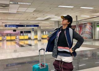 Passageira veste toda a roupa para não pagar taxa extra de bagagem. Foto: Reprodução de Internet