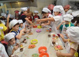 Crianças colocam a 'mão na massa' e viram padeiros por um dia. Foto: Divulgação