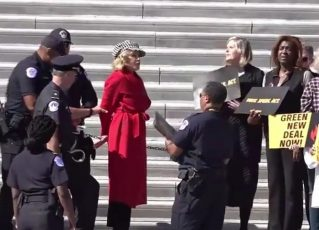 Jane Fonda é presa durante protesto de ativistas ambientais nos Estados Unidos. Foto: Reprodução de Internet