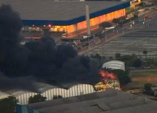 Incêndio atinge barrações na Fábrica do Samba II. Foto: Reprodução de TV