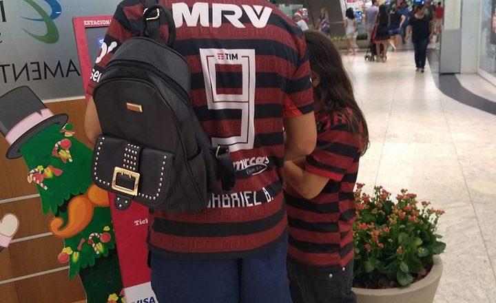 Tio vascaíno compra e veste camisa do Flamengo e assiste jogo com sobrinho. Foto: Reprodução de Internet