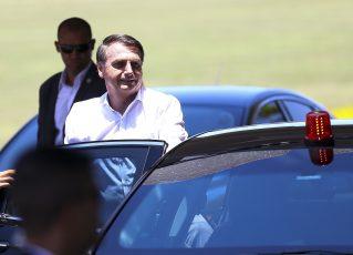 Jair Bolsonaro cumprimenta turistas no Palácio da Alvorada. Foto: Marcelo Camargo/Agência Brasil