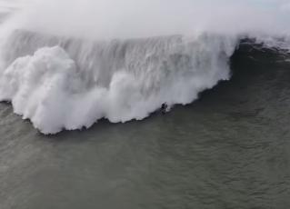 Momento do acidente de Pedro Scooby ao surfar em Nazaré, Portugal. Foto: Reprodução/Youtube