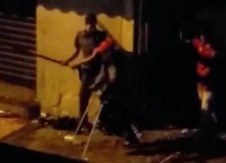 Policial é flagrado agredindo pessoas. Foto: Reprodução de Internet