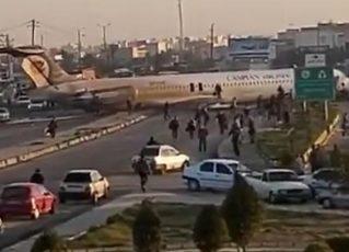 Avião sai da pista e pousa no meio de avenida no Irã. Foto: Reprodução de Internet