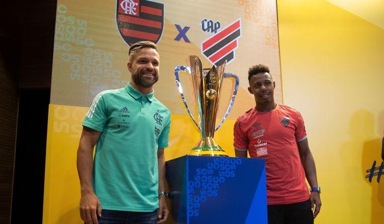 Diego (esquerda) e Wellington com o troféu da Supercopa - Foto: Divulgação/CBF
