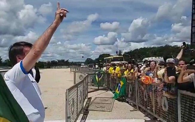 Bolsonaro diante de apoiadores. Foto: Reprodução de Internet