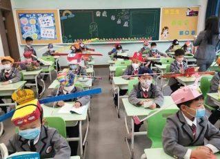 Crianças chinesas usam 'chapéu-helicóptero' para manter distância durante pandemia. Foto: Reprodução