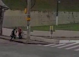 Homem agride cinegrafista da Globo. Foto: Reprodução de Internet