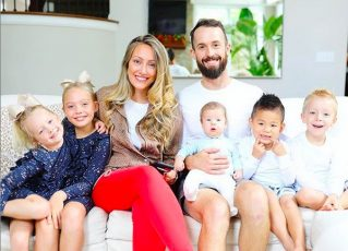 Mika e James com seus filhos biológicos e Huxley. Foto: Reprodução/Instagram