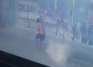 Policial afirmou que apontou a arma após Jorge Hudson Alves da Silva, 27 anos, ter atirado pedras na direção dos PMs. Foto: Reprodução de vídeo