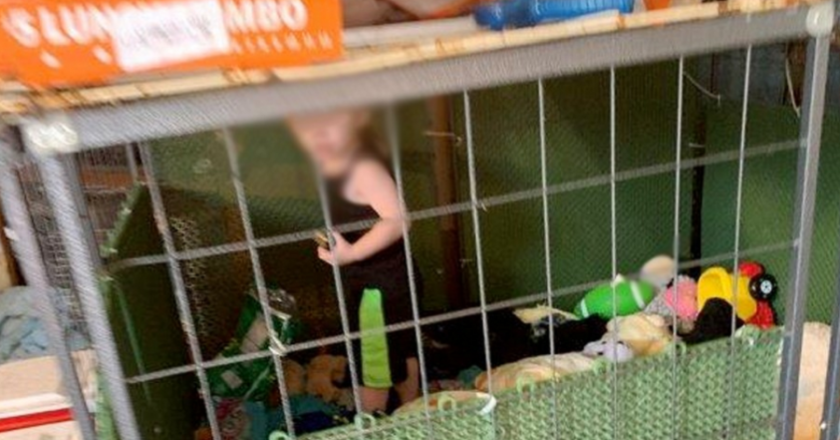 Três pessoas são presas por manterem criança de 1 ano em jaula perto de cobras e ratos. Foto: Reprodução de TV